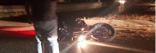 La moto ancora a terra l'allerta dei soccorsi da parte di un automobilista di passaggio