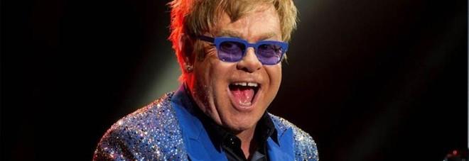 Elton John furioso sul palco: inveisce contro un fan e se ne va Video