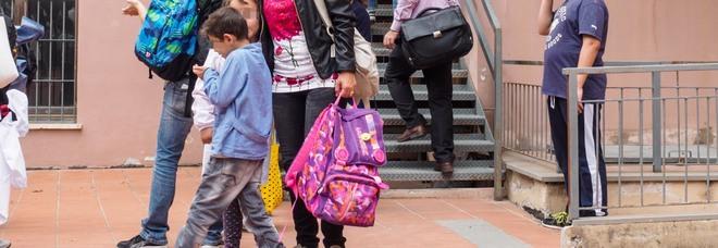 «Picchia mio figlio e legge Anna Frank in classe»: maestra sospesa