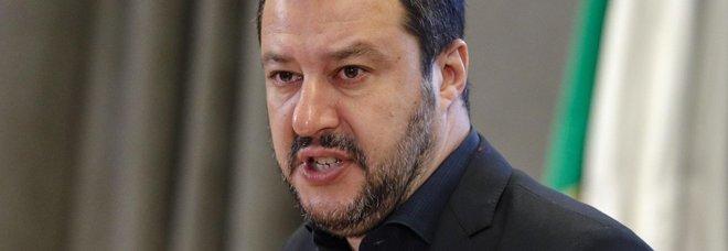 Sbarco di 106 migranti a Messina, Salvini: «Porti chiusi anche a navi militari europee». Ma la Difesa: «La competenza non è del Viminale»