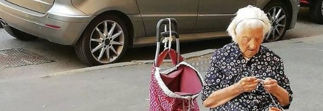 """«Non voglio soldi, ma compagnia», la """"nonna"""" delle presine commuove i social"""