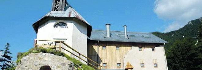 L'antico convento appollaiato sulle Dolomiti e quella donna venuta da Venezia