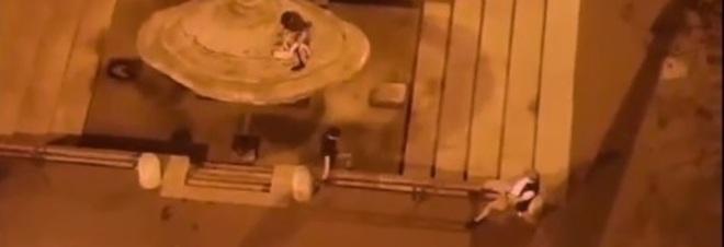 Raid sulla fontana, è caccia ai bike vandali