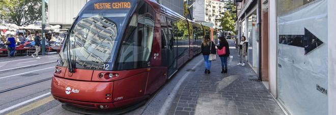 Preso a calci e testate dai bulli  Pr della discoteca si rifugia sul tram