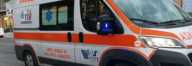 Ciclista urtato dall'auto e scaraventato a terra finisce all'ospedale