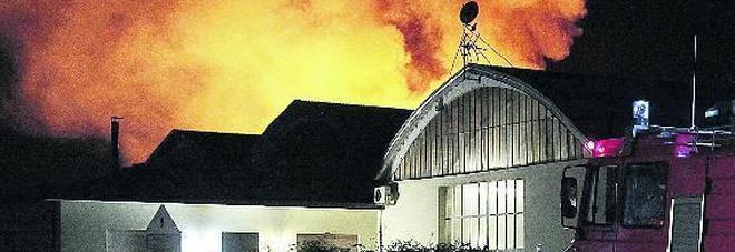 Inferno al mobilificio santarossa secondo incendio in tre mesi - Mobilificio vasto ...