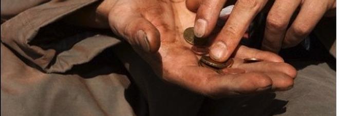 Mendicante dà in escandescenze: gomitate e morsi agli agenti di polizia