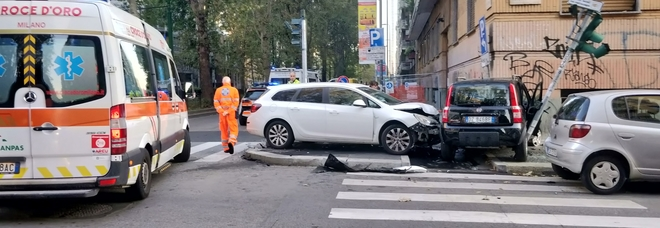 Pauroso schianto all'alba: le auto finiscono sul marciapiede all'incrocio, strage sfiorata