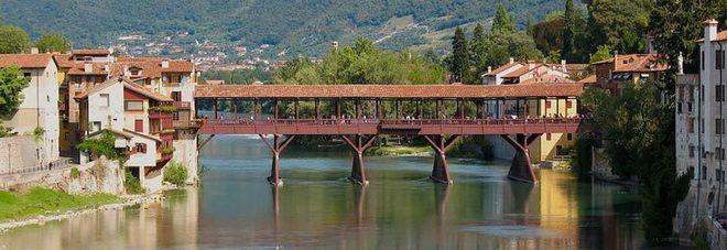 Maturando poco maturo: fa pipì dal Ponte degli Alpini, rischia 10mila euro di multa