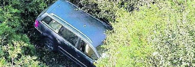 Perde il controllo dell'auto e fa un salto di 10 metri: miracolato