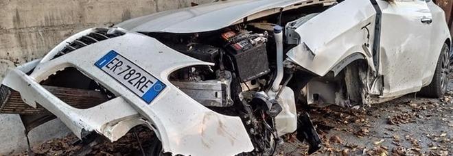 Distrugge l'auto nello schianto, poi fa un appello su Facebook che diventa virale FOTO