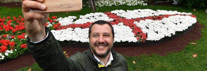Salvini, esultanza social: «Su TikTok già 200mila follower, sono più vivo che mai!»