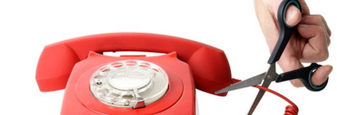 «Un milione di italiani non paga la bolletta del telefono: scatta la black list»