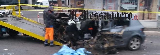Tragico schianto sulla Colombo, l'auto finisce contro un palo: morto 22enne, gravi 3 ragazze
