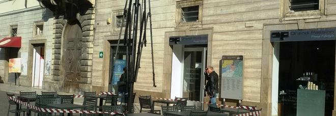 Tendone bruciato in piazza: emerge l'identikit del piromane