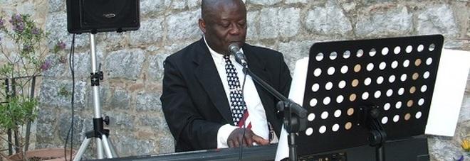Il Maestro di musica e canti gospel, mister Gibson, durante il concerto di Fossanova.