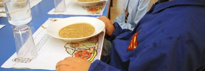 Verme nel piatto servito al bambino nella mensa scolastica