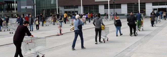 Milano si sveglia in fila al supermercato: code già dalle 6.30 del mattino