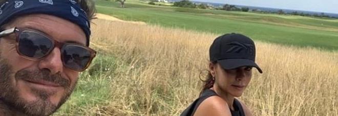 David e Victoria Beckham in bici alla scoperta della Puglia: la vacanza è in famiglia