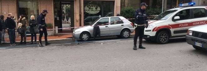 Commesse aggredite da due rumeni: poliziotto interviene, preso a bottigliate in testa