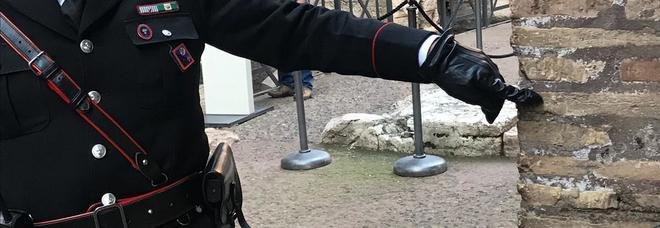 Incide il suo nome sul Colosseo: denunciata turista inglese di 17 anni
