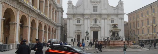 Mendicanti molesti fuori dalla Santa Casa: scattano i controlli dei carabinieri