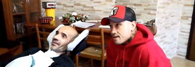 Cagliari, Nainggolan incontra il tifoso malato di sclerosi  (foto tratta da unionesarda.it)