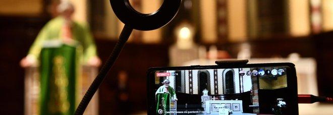Coronavirus, la chiesa si adegua: messe in streaming per i fedeli