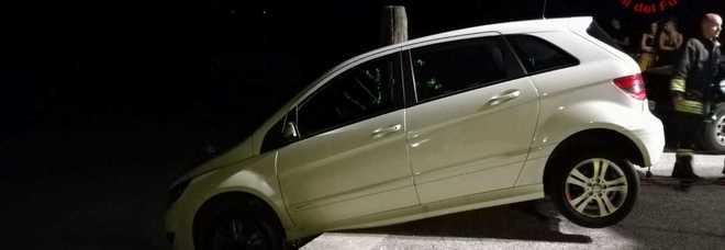 Il proprietario sbadato dimentica il freno a mano... l'auto in bilico sul fiume /Foto