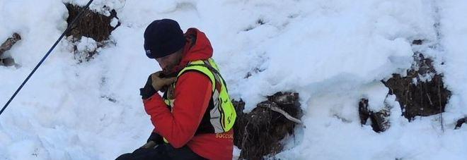 Un uomo del Soccorso alpino con il suo cane da valanga