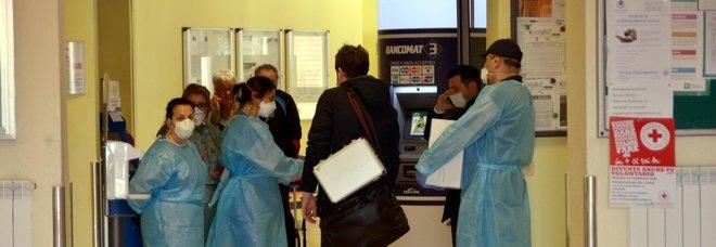 Coronavirus, i contagiati in Lombardia sono quindici, 250 le persone in isolamento. Speranza: «Isolare l'area per bloccare l'epidemia». Due casi anche in Veneto