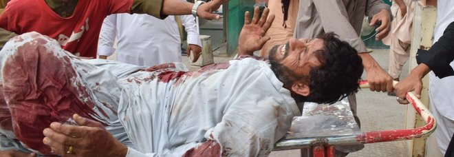 Pakistan, attentato kamikaze Isis al comizio: 128 morti, 200 feriti
