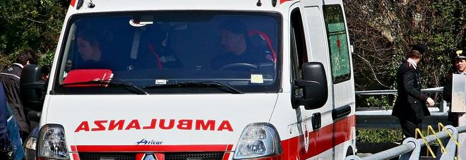 Il braccio della gru gli crolla addosso: operaio muore sul colpo a 51 anni