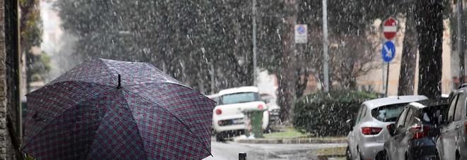 Maltempo, Italia ancora al gelo: pioggia e neve al Centro-Sud. La «tregua» solo sabato