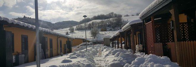 Ondata di gelo sulle Marche: neve nel cratere sismico black out e raffica di incidenti