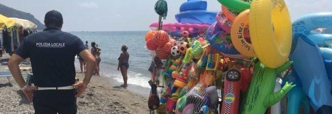 Napoli, ambulanti presi a sassate di spiaggia: uno di loro dovrà essere operato. Caccia a una baby-gang