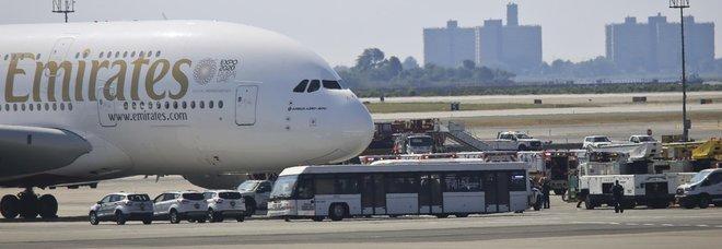 Passeggeri in quarantena su un volo da Dubai a New York. «In 100 stanno male»