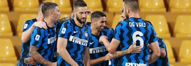 Tutto facile per l'Inter: 5-2 al Benevento e aggancio alla testa della classifica
