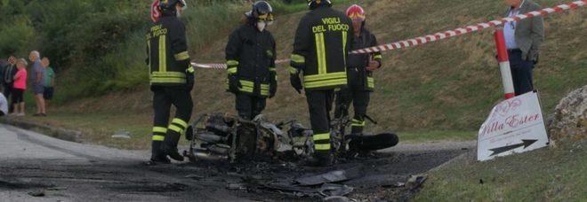 Auto e moto in fiamme dopo lo schianto Due i feriti, centauro grave