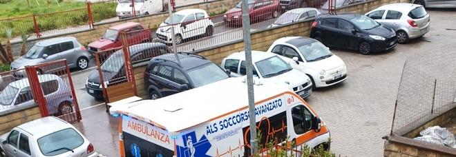 Ambulanza in via Pasolini, all'ingresso del palazzo della donna deceduta