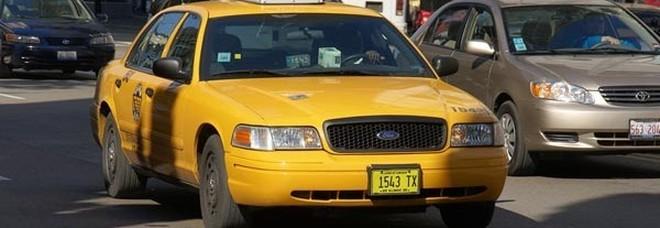 Terrore a New York: taxi sbanda ed entra nel ristorante di Hell's Kitchen, 8 feriti