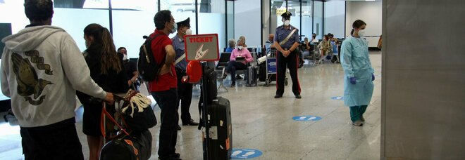 Covid, all'aeroporto di Fiumicino 5 positivi, tutti di rientro dalla Spagna. Spallanzani, 4 in terapia intensiva