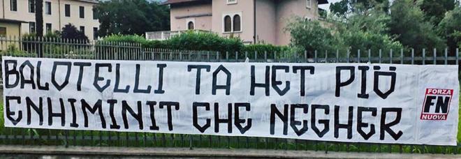 Forza Nuova, striscione choc contro Balotelli in bresciano: «Sei più stupido che nero»