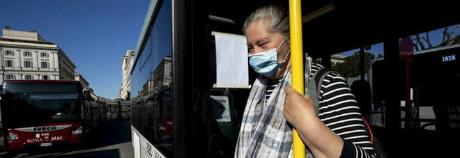 Trasporti, il ministro annuncia: «Controllori sui bus, vigileranno sulle mascherine»