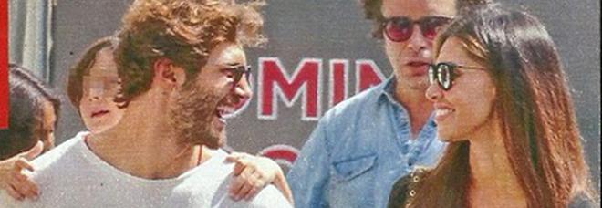 Belen Rodriguez sorridente con Stefano de Martino e Santiago a Milano