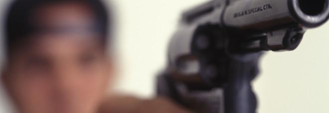 Pistola a scuola: studente rischia l'espulsione. In casa banconote false
