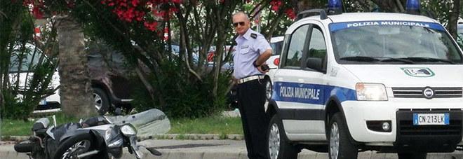 San Benedetto, olio in strada Cadono due giovani in scooter