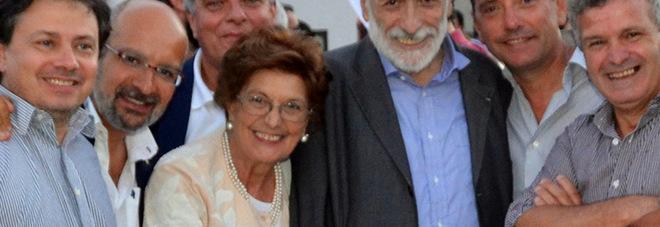 Rita Abagnale con Carlo Petrini. Da sinistra, il presidente Slow Food Italia Gaetano Pascale e il presidente Slow Food Campania Giuseppe Orefice