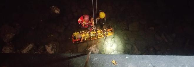 Ragazza cade nel vuoto per 8 metri e piomba sulla riva del fiume Adige