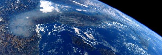 La Pianura Padana coperta dallo smog, vista dalla Stazione Spaziale Internazionale, nella foto postata sul suo profilo Twitter dall'astronauta italiano Paolo Nespoli (@astro_paolo)
